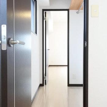 わー!クローゼットはウォークスルー!広いお部屋に通り抜けできます。(※写真は7階の同間取り別部屋のものです)