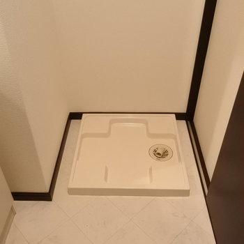 脱衣スペースに洗濯機ね。(※写真は7階の同間取り別部屋のものです)