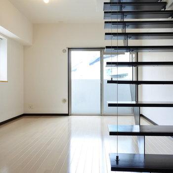 階段降りて下階へ。(※写真は7階の同間取り別部屋のものです)