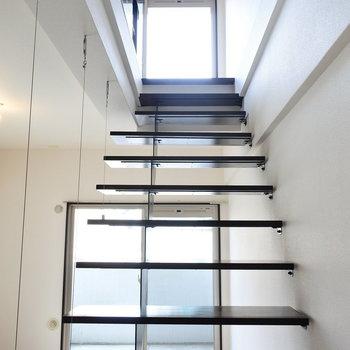 宙に浮いてるみたいな階段・・(※写真は7階の同間取り別部屋のものです)