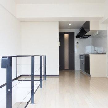 キッチンも階段とおそろいのブラック。(※写真は7階の同間取り別部屋のものです)