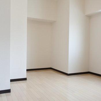 こちらは洋室。でこぼこなかたち。(※写真は7階の同間取り別部屋のものです)