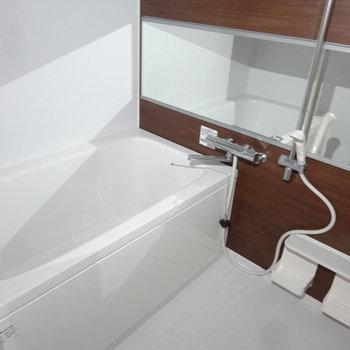 浴室もゆったりと。(※写真は2階の同間取り別部屋のものです)