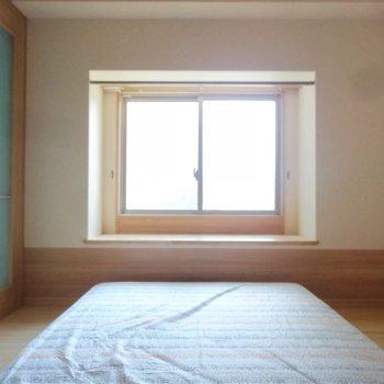 こちらは洋室。出窓にはお花でも飾ろうかな。(※写真は2階の同間取り別部屋のものです)