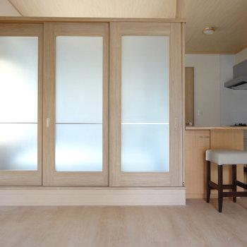 洋室は1段上がるタイプです。引き戸を閉めたら個室にも。(※写真は2階の同間取り別部屋のものです)