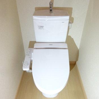 トイレはもちろんウォシュレットつき。(※写真は2階の同間取り別部屋のものです)