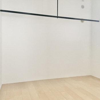 【洋5】壁際には大きなオープンハンガーラック。ベッドルームにぴったりかも。※写真は通電前のものです