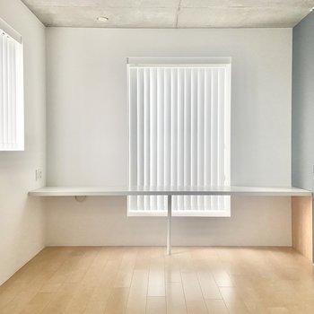 【洋8.1】お次は背の高いネイビーの扉を開けて、洋室へ。こちらも2面採光ですね。※写真は通電前のものです