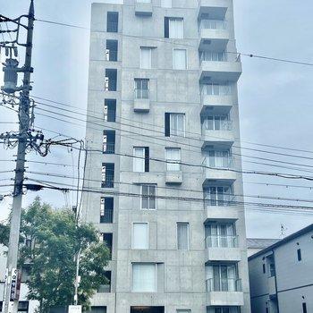 アシンメトリーな窓がハイセンスなマンション。