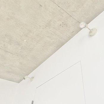 【LDK】お部屋は、この可愛らしいスポットライトが照らしてくれます。※写真は通電前のものです
