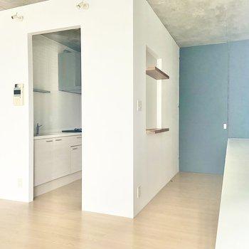 【LDK】洋室側の壁にはマルチカウンター。作業用にも、ご飯を食べるテーブルとしても。※写真は通電前のものです