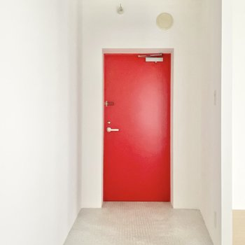 玄関はとっても広い!眩しいレッドもキュートです。※写真は通電前のものです