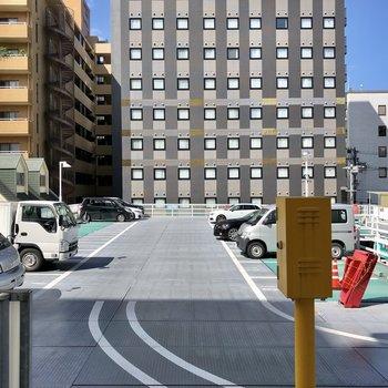 ちなみに窓から見えるのは駐車場です。カーテン必須!