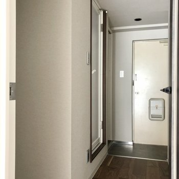 そして廊下へ。サニタリー見ましょう!