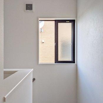 2階の廊下にも小窓がついていました。