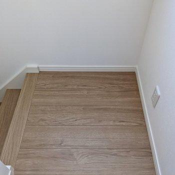 階段をのぼったところにコンセント。間接照明を置いておくと夜トイレに行く時に便利です。
