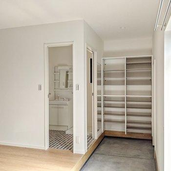 靴もオープン収納。脱衣所は玄関からも直行できるようになっているんですよ。