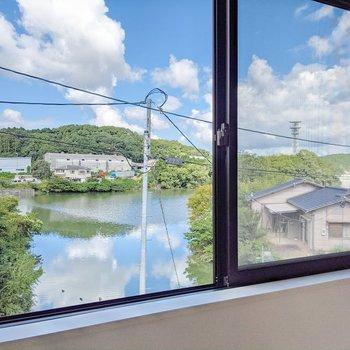 窓の外の景色にうっとり。池に青空が反射してきれいです。