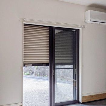 掃き出し窓にはシャッターもついています。防犯面も安心ですね。
