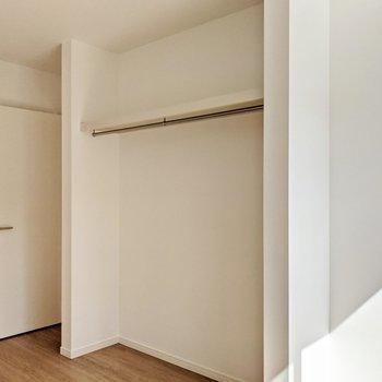クローゼットの両サイドに壁があるので、廊下側から見えにくくなっています。
