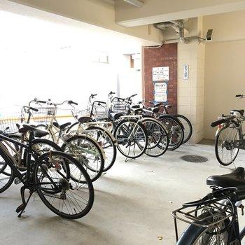 駐輪場はしっかり屋根があって雨が降っても安心。