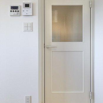 【イメージ】リビングと廊下の間にはチェッカーガラスのドアを設置。