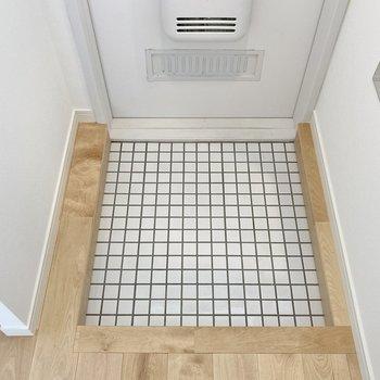 【イメージ】玄関は白タイルで清潔感がありますね。