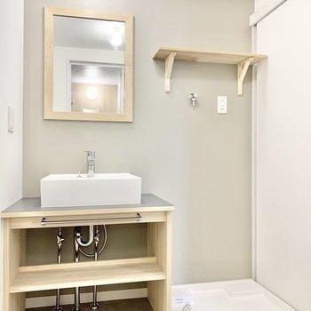 【イメージ】造作の洗面台はナチュラルです。※アクセントクロスはありません