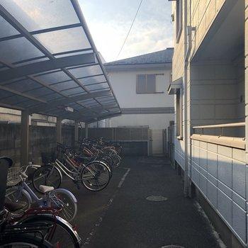敷地内には屋根付きの駐輪場もあります。