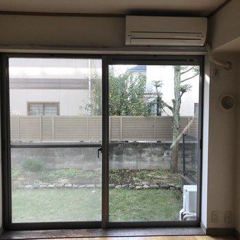 【工事前】窓からは緑が見えます。