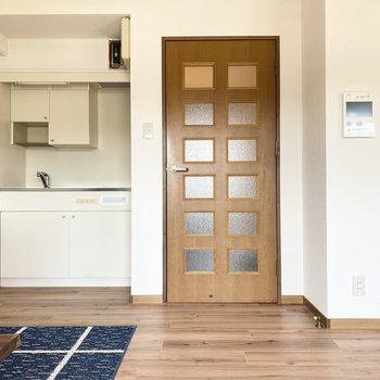 扉の横にモニターホンとキッチン。(※写真の家具、小物は見本です)