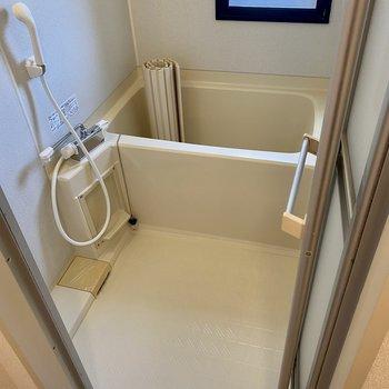 お風呂には換気できる窓付きです。サーモ水栓で温度調節も楽々◎