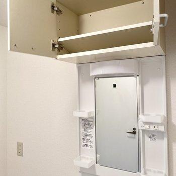 上部棚もありますよ。洗剤や洗面道具のストック置き場によさそう。(※写真の小物は見本です)