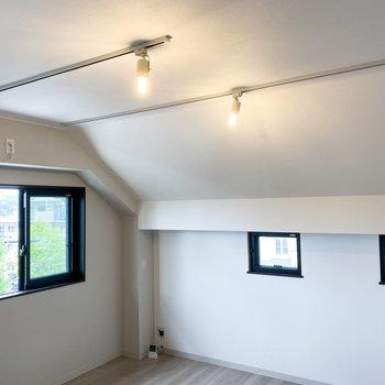 【LDK】2つのライティングレールもあり、お部屋を自由に明るく照らせますよ。