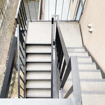 お部屋まではこちらの階段でどうぞ。