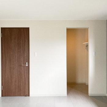 【洋室:南東】左の収納スペースを見てみましょう。