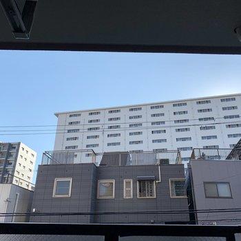 しゃがんで上を見てみると、青空も広がっています。夕方近くなると、奥の高い建物に太陽が隠れちゃうかな。