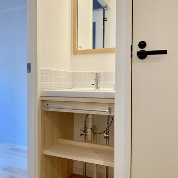 洗面台はこんなところに~!下の収納も、目隠しのカーテンをつけられるようになってる!