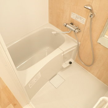 お風呂の新しく交換しています!明るい色合いが、疲れた気持ちも明るくしてくれそう。