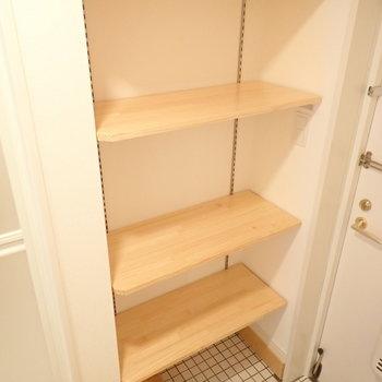 靴を置く棚はざっくり!高さも変えられますよ~。