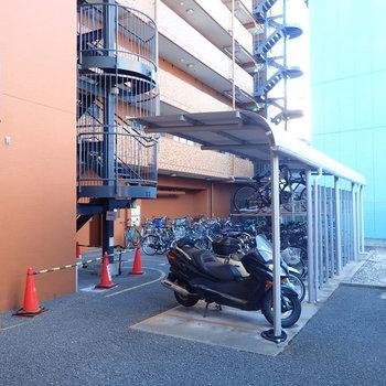 【共用部】駐輪場は奥にあります。