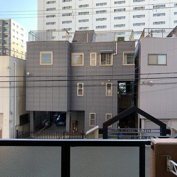 2階なので、お向かいさんの2階とだいたい同じ目線。