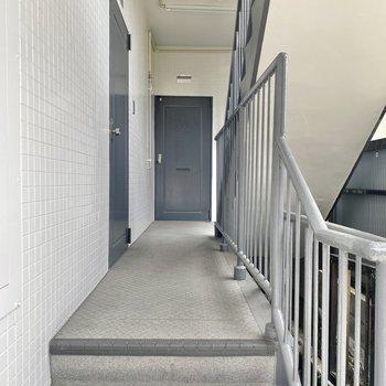 数段の階段を上がってお部屋へ。