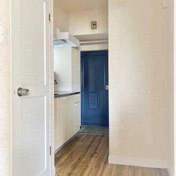 扉をあけて、キッチンへ。左手のかわいらしい扉はトイレです。