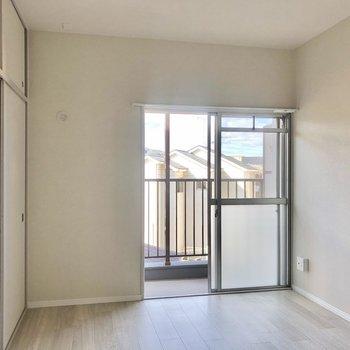 バルコニーに出入り可能な洋室。ほんのりレトロ。(※写真は2階の同間取り別部屋のものです)