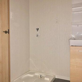 隣に洗濯機置き場です(※写真は2階の同間取り別部屋、フラッシュ撮影のものです)