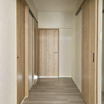 玄関を開けると。むかって左側は居室、右側はサニタリーです。(※写真は2階の同間取り別部屋のものです)