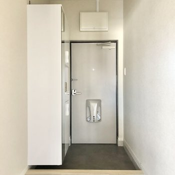 玄関はシンプル。姿見あるのでパッとチェックできます!(※写真は2階の同間取り別部屋のものです)