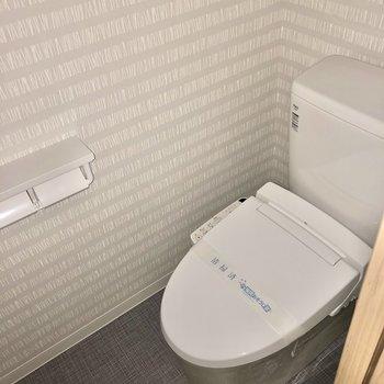 トイレはもちろんウォシュレット付き(※写真は2階の同間取り別部屋、フラッシュ撮影のものです)