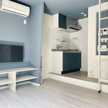 クロスとキッチンどちらもブルーで統一感がありますね。※写真はリフォーム中のものです